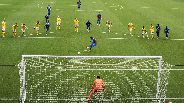 Palace Brighton 20-21 Zaha penalty.jpg