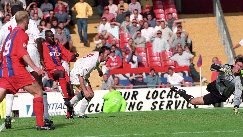 Bruce Dyer v Charlton Holmesdale opens 1995.jpg