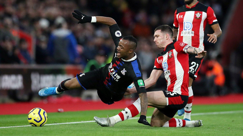04 Ayew fouled Southampton.jpg